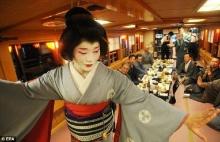 ชายญี่ปุ่นผันตัวเองเป็นเกอิชาหนุ่มขอตามรอยเท้าของแม่-คนแรกของวัฒนธรรมปลาดิบ