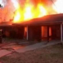 แรงแค้นงูเห่า!! ถูกราดน้ำมันจุดไฟเผาไล่ เลื้อยเข้าบ้านไหม้ทั้งหลัง