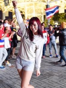 ชาวเน็ตแห่ชม น้องเฟย์ สาวน้อยน่ารักสีสันข้างสนามฟุตบอลเอเชี่ยนเกมส์ 2014 (ชมคลิป)