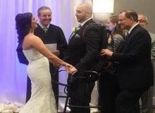 ไอเดียเจ๋ง!!ชุดหุ่นยนต์ช่วยเจ้าบ่าวพิการเดินเข้าพิธีสมรส