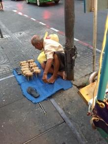 ลุงสู้ชีวิต ขายตุ๊กตาช้างสานแลกเงิน ชาวเน็ตร่วมแชร์ ชวนอุดหนุน