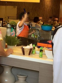 พนักงานร้านขายผัดไท ล้างไม้ถูกพื้นในอ่างล้างจาน ในห้างดัง จ.อุดรธานี