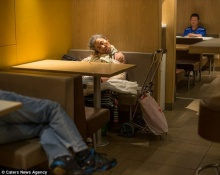 ร้านแมคโดนัลด์กลายเป็นที่พักพิงชั่วคราวของเหล่าคนไร้บ้านในฮ่องกง