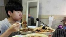 เด็กชายวัย 14 สร้างรายได้จากกินกินข้าวหน้าคอมฯ วันละ 5 หมื่น!!