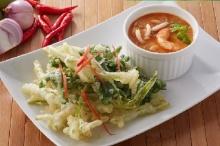 ยำผักบุ้งทอดกรอบ อาหารว่างวันหยุด