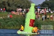 ลัตเวีย..แข่งเรือกล่องนมประจำปี