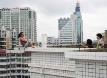 ภาพแห่งปี 2012 สื่อนอก รั้งหญิงจีนโดดตึกฆ่าตัวตาย