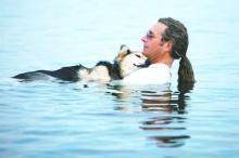 สื่อนอก ยก ภาพนายพาสุนัขใกล้ตายว่ายน้ำ เป็นแรงบันดาลใจแห่งปี