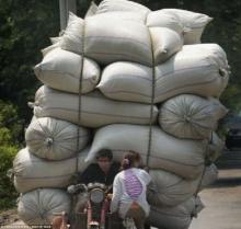 ที่เดียวในโลก คนส่งของแดนมังกรบรรทุกสินค้าได้อย่างสุดเว่อร์