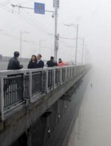 ระทึก ภาพนาทีชีวิตคู่รักกระโดดสะพานฆ่าตัวตาย