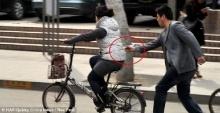 มิจฉาชีพจีนมอบตัวตร.หลังกล้องแฉแสบเสี้ยววินาทีใช้ตะเกียบคีบไอโฟนจากหญิงขี่จักรยาน