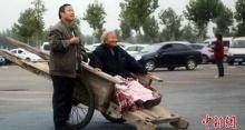 ชาวเน็ตสุดซึ้ง! ชายพาแม่ขึ้นรถเข็นไม้ลากเที่ยวรอบเมือง