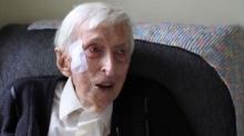 สุดประทับใจ! คุณตาวัย 109 ปี ถักเสื้อช่วยเพนกวิ้น!