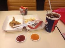 ผิดมากหรอ! เมื่อผมใช้มือกิน KFC แต่ถูกโต๊ะข้างๆว่าแบบนี้!!