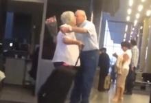 """เจอตัวแล้ว! ตา-ยาย """"คู่รักสุดหวาน"""" ยืนรอกันที่สนามบิน !!"""