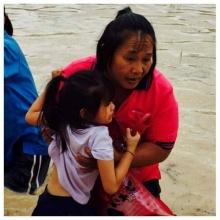 สุดยอดคุณครู!! ช่วยเด็ก ๆ จากน้ำท่วม...เห็นภาพแล้วต้องรีบแชร์จริงๆ