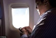 ร้ายกว่าที่คิด เตือนเล่นไอแพด ไอโฟน แบล๊คเบอร์รี่เพียงเครื่องเดียว สามารถทำให้เครื่องบินตกได้