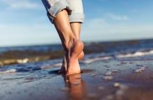 วิทยาศาสตร์บอกว่าการเดินเท้าเปล่าจะทำให้คุณมีสุขภาพดี
