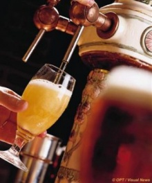 วิธีถือแก้วบ่งบอกนิสัยคน หนุ่มเสเพลดวดเบียร์จากขวด