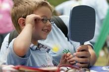 โทษพ่อแม่ไม่ถนอมสายตาให้กับลูก ไม่ใส่แว่นกันแดดให้เด็ก