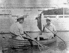 ในหลวงรัชกาลที่ ๘ และ รัชกาลที่ ๙ ขณะทรงพายเรือ ชื่อแหกตา ในสระน้ำ พระราชวังบางปะอิน