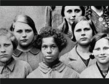 ชีวิตคนผิวสีในยุคนาซีเยอรมนี ผ่านภาพยนตร์ Where Hands Touch ของ อัมมา อาซานติ