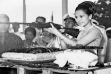 พระราชินี ทรงพระแสงปืน..เชื่อว่าภาพเหล่านี้หลายๆคนไม่เคยเห็นมาก่อน